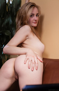 Amateur Eidis In Glasses Shows Pussy
