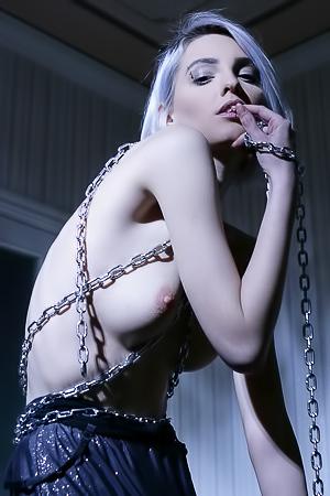 Kira W - nude in the shadow