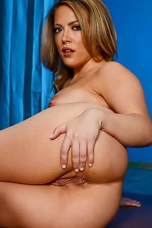 Shapely Carmen Valentina and her sweet hole