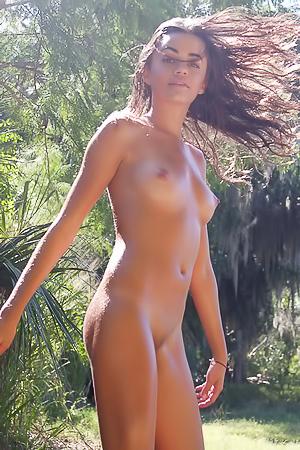 Girl Sarahjo is walking naked