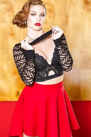 Sexy MILF Tawny Swain