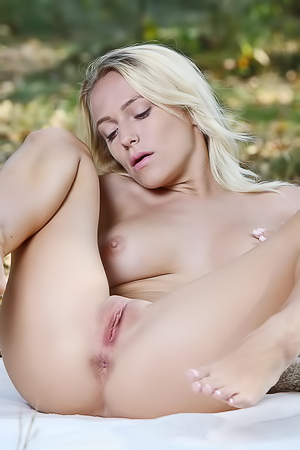 Outdoor masturbation with Aislin