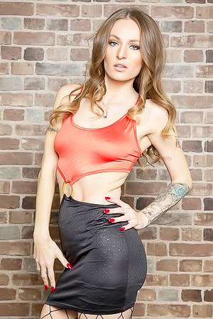 Sexy chick Natasha Starr