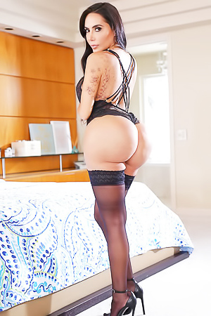 Lela Star flashing big booty
