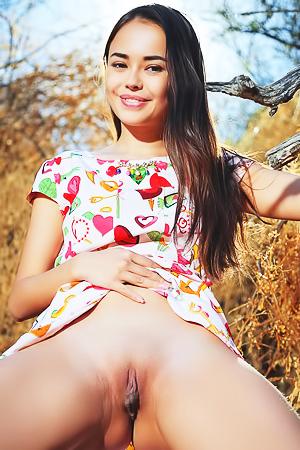 Beautiful asian hottie Li Moon