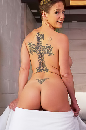MILF Dee Williams shows xxx tattoo