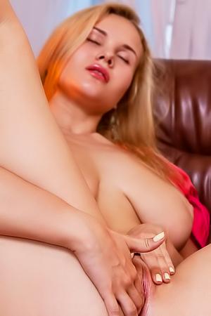 Caroline Abel is fingering her pussy