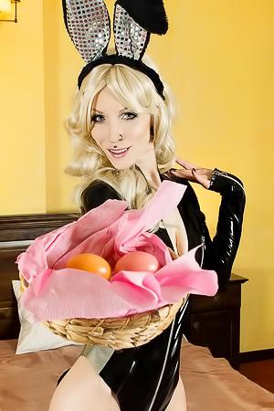 Goth babe RazorCandi plays kinky Easter