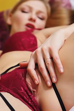Gorgeous Lucy Heart Masturbates